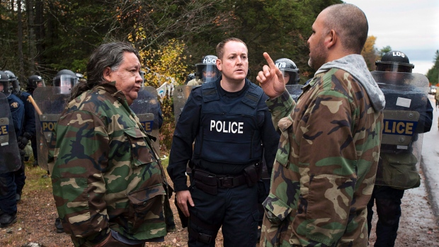 Negotiations between protesters and police in Rexton, N.B., as police began enforcing an injunction to end an ongoing demonstration against shale gas exploration in eastern New Brunswick on Thursday, Oct.17, 2013. (Andrew Vaughan/THE CANADIAN PRESS)