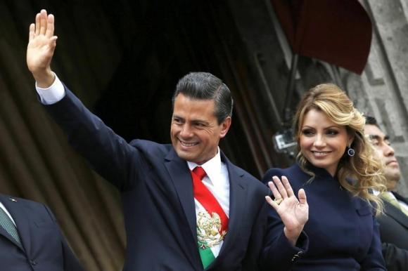 Mexico's President Enrique Pena Nieto and first lady Angelica Rivera salute during the military parade celebrating Independence Day at the Zocalo square in downtown Mexico City, September 16, 2014.  REUTERS/Edgard Garrido