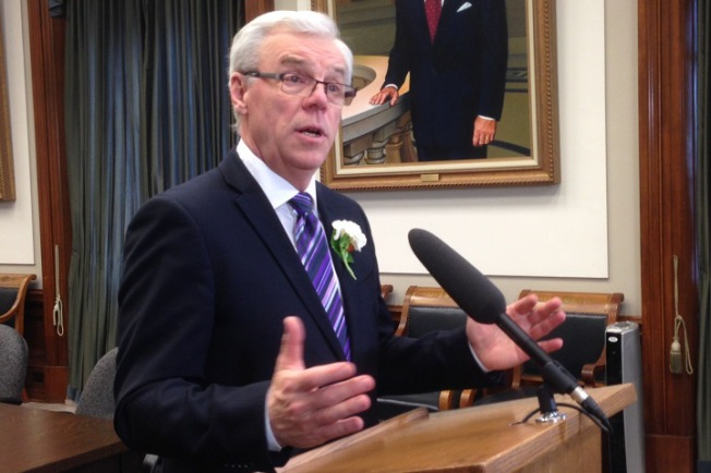 Manitoba Premier Greg Selinger allegedly agrees to come to the community to deliver an apology for harm done by the dam.
