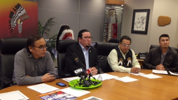 Grand chiefs Terrance Nelson of the Southern Chiefs' Organization, left, Derek Nepinak of the Assembly of Manitoba Chiefs, and David Harper of Manitoba Keewatinowi Okimakanak speak to reporters on Tuesday. (Bouchra Ouatik/Radio-Canada)