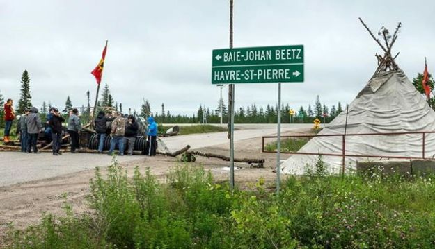 A hundred Innu protesters block access to the path leading to construction, of the Romaine. They erected barricades with tires and fences in addition to a huge fire.