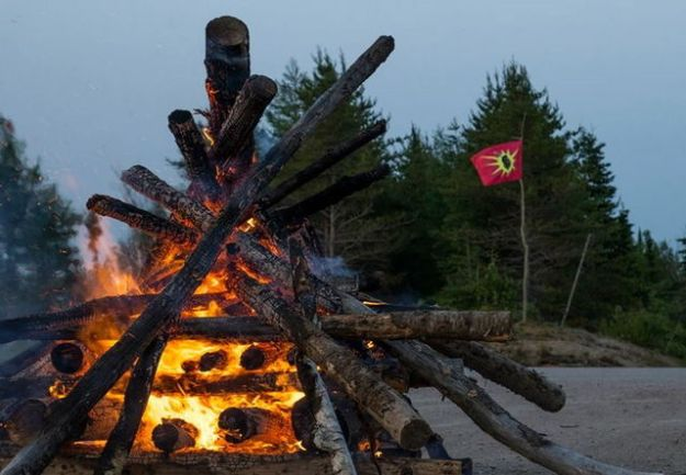 A hundred Innu protesters block access to the path leading to construction of the Romaine