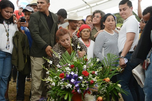 Locals mourn during murdered indigenous activist Berta Caceres' funeral in La Esperanza, 200 km northwest of Tegucigalpa, on March 5, 2016. Honduran indigenous activist Berta Caceres, a renowned environmentalist whose family has labeled her killing an assassination, was shot dead on March 3 at her home in La Esperanza. Caceres rose to prominence for leading the indigenous Lenca people in a struggle against a hydroelectric dam project that would have flooded large areas of native lands and cut off water supplies to hundreds. AFP PHOTO / ORLANDO SIERRA / AFP / ORLANDO SIERRA