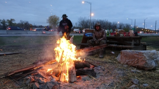 A small group of people from Kahnawake set up a camp near the base of the Mercier Bridge to Montreal to protest the Dakota Access pipeline. (Charles Contant/CBC)