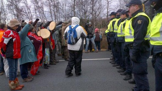 (A line of Mi'kmaq demonstrators and their supporters confront a line of RCMP officers on Hwy 11 on Nov 18, 2013, near Elsipogtog First Nation. APTN/File)