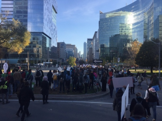 Peaceful demonstrators marched down Toronto's University Avenue towards city hall. (Mathieu Simard/CBC/Radio-Canada)