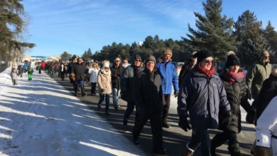 Around 100 Val-d'Or residents came out Sunday to show their support for local police officers. (Radio-Canada)